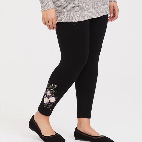 2507416d4 Torrid Crop Legging Black Floral Pattern 2 18 20